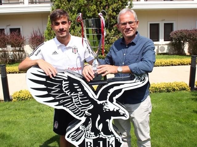 Dorukhan'a yılın futbolcusu kupası verdik