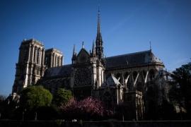 Notre Dame Katedrali alevlerin arasında