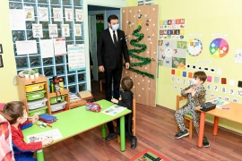 Başkan Akpolat'tan minik öğrencilere yeni yıl sürprizi