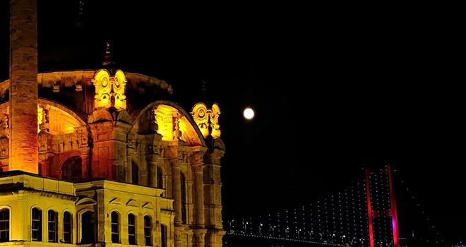İstanbul Boğazı ve Ortaköy Camii ile dolunayın eşsiz manzarası