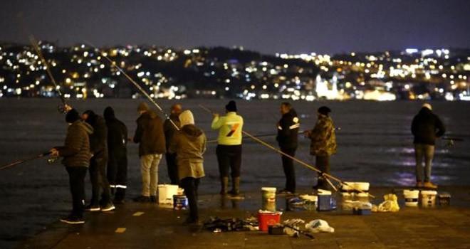 Sokağa çıkma kısıtlamasında balık tutanlara ceza