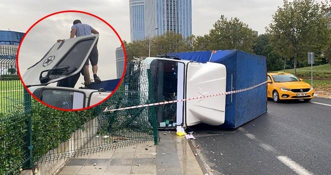 Kaza sonrası girdiği kamyonetten çıkamayan sürücünün yardımına vatandaşlar koştu