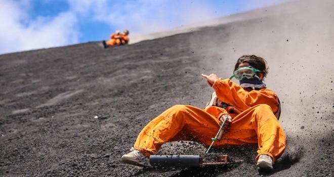 Son dönemlerin çılgın sporu volkan sörfü