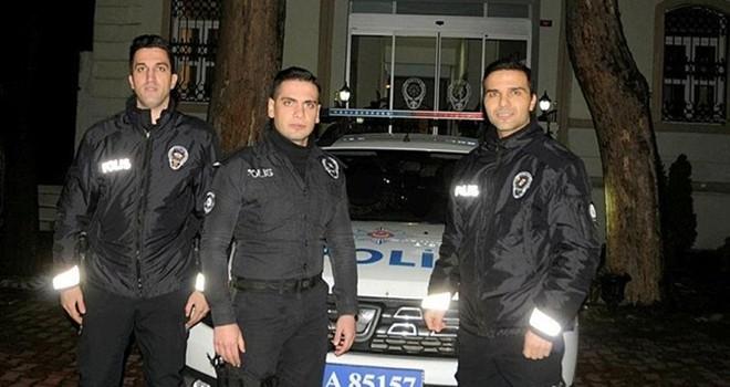 Motosiklet sürücüsüne kalkan olan polislere ödül