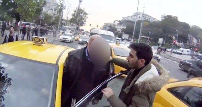 Beşiktaş'ta taksici ile motosikletlinin kavgası kamerada