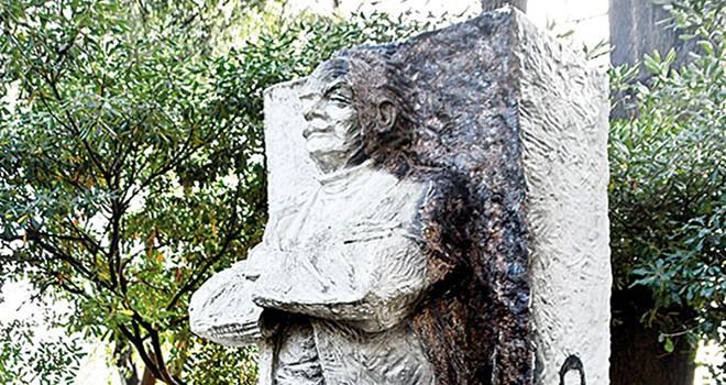 Şairin heykelini ısınmak için yaktılar... Taş sandık fiber çıktı