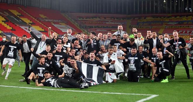 Beşiktaş İzmir'de şampiyonluğunu böyle kutladı