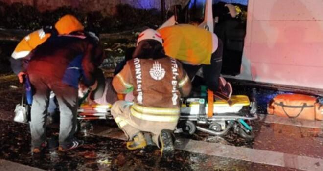 Kontrolden çıkan minibüs önce ağaca sonra direğe çarptı! Bir yaşlı kadın yaralandı