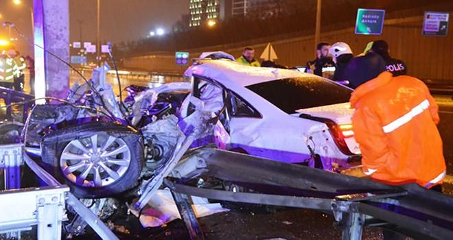 Direğe çarpan otomobil iki parçaya ayrıldı, sürücü can verdi