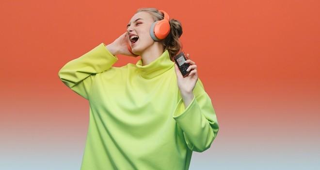 Yeni h.ear kulaklıklar ve akış uyumlu Walkman hayata renk katıyor