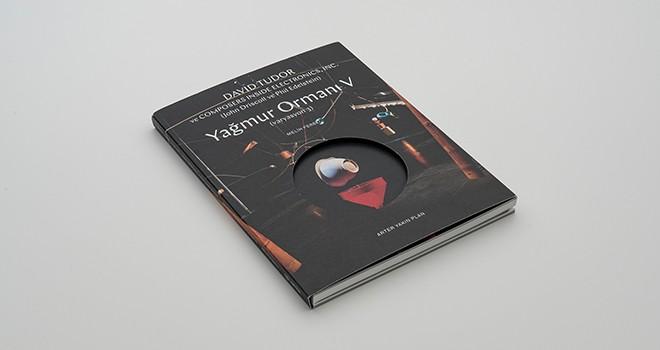 Arter Koleksiyonu'ndaki Yağmur Ormanı V (Varyasyon 3) isimli yapıta yakından bir bakış sunan kitap yayımlandı