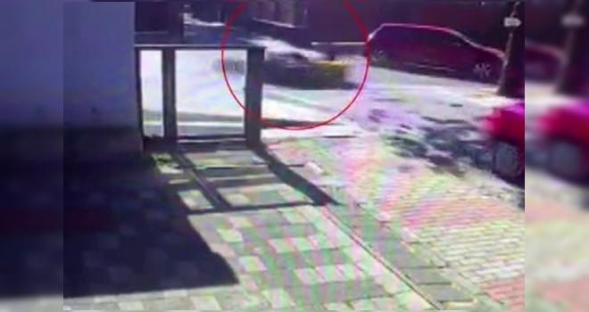 Otomobille motosikletin çarpışma anı kameralara yansıdı