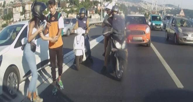 Motosiklet sürücüsü otomobildeki aileye saldırdı
