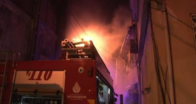 Beşiktaş'ta 4 katlı binada çıkan yangın korkuttu