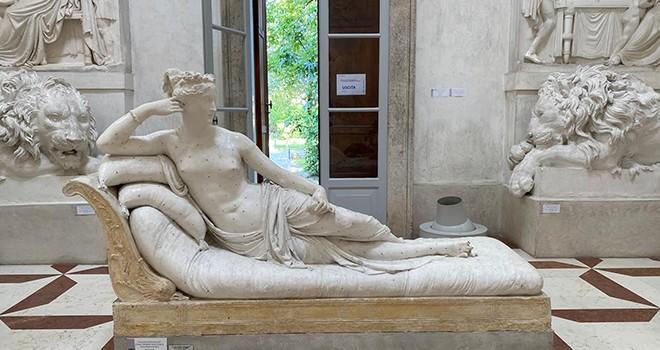 Selfie çeken turist tarihi heykeli kırdı