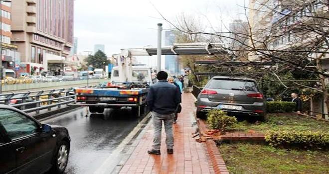 Beşiktaş'ta kaza yapan otomobil kaldırıma çıktı