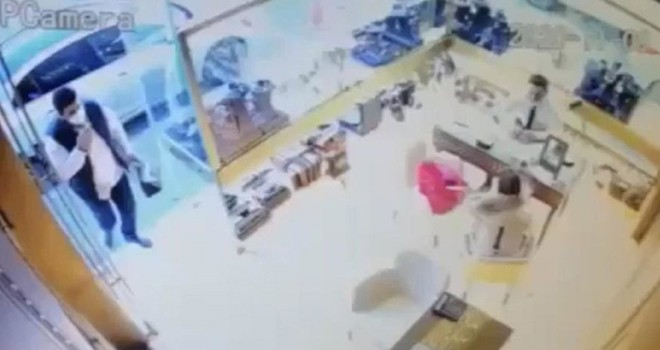Kuyumcuda bileziklerini bozduran kadına hırsızlık şoku