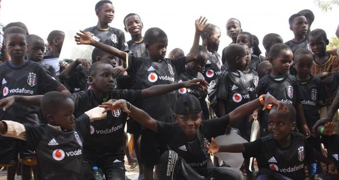 Nijer'deki çocukların Beşiktaş sevinci