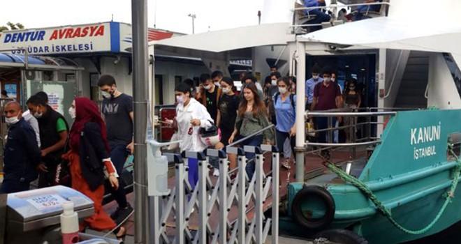 Beşiktaş İskelesi'nde vatandaşlar Koronavirüse aldırış etmeden yoğunluk oluşturdu