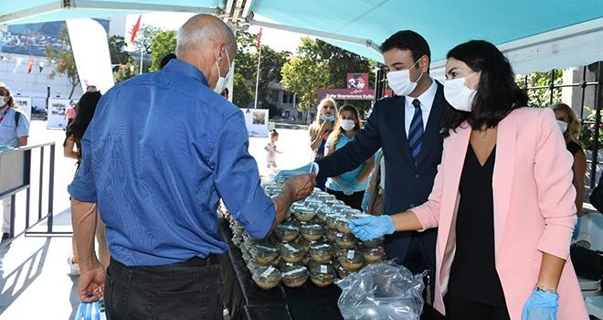 Başkan Akpolat ve eşi Derya Akpolat'tan vatandaşlara aşure lokması
