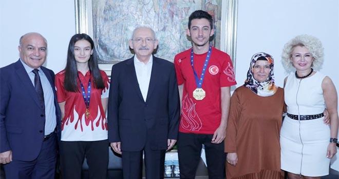 CHP Lideri Kılıçdaroğlu şampiyon kardeşlerle buluştu