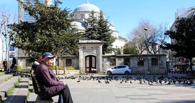 Yaşlılar, meydanlarda tedbirsiz dolaşıyor