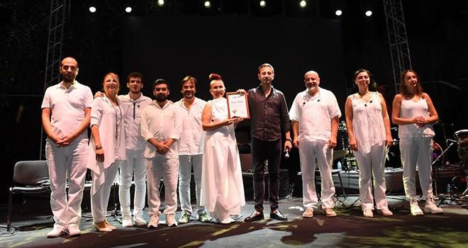 Dünya Barış Günü'nde Kardeş Türküler, Etiler Sanatçılar Parkı'nda sahne aldı