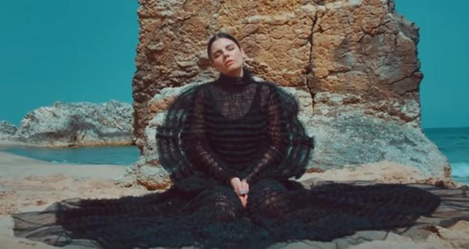 """Melis Güven'den yeni müzik videosu """"KUM"""""""