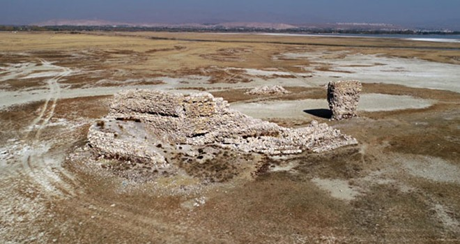 Sular çekilince tarihi kale ortaya çıktı