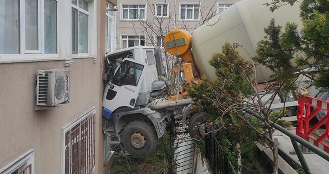Beton mikseri 6 katlı binaya çarptı