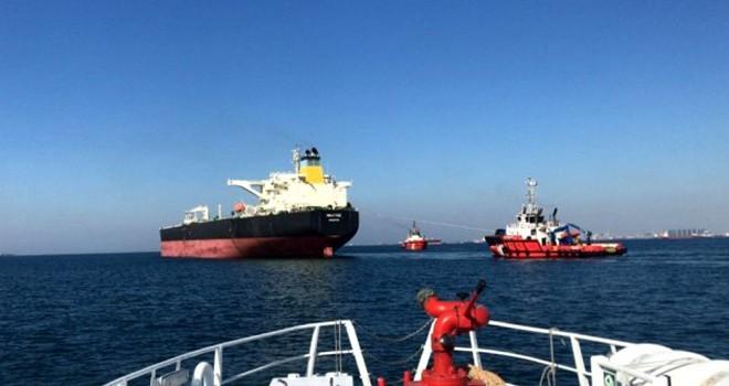 Arızalanan petrol gemisi Boğaz'da sürüklendi