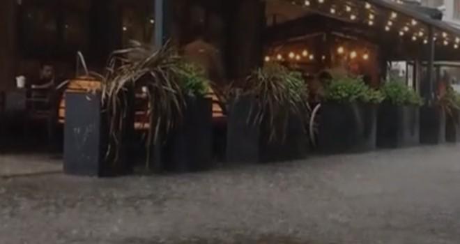 Beşiktaş Meydanı'nda sağanak kovalamacası