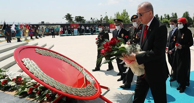 Cumhurbaşkanı Erdoğan'dan 15 Temmuz Şehitler Anıtı'na ziyaret