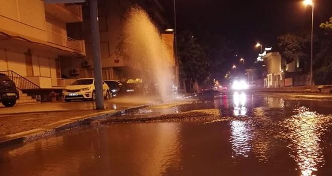 Beşiktaş'ta patlayan borudan 3 saat su aktı