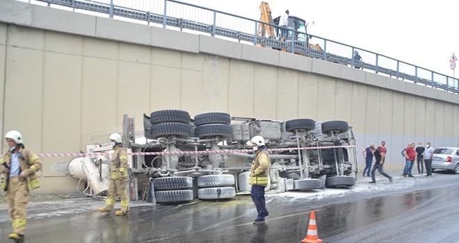 Kontrolden çıkan beton mikseri yola devrildi! Yol trafiğe kapatıldı