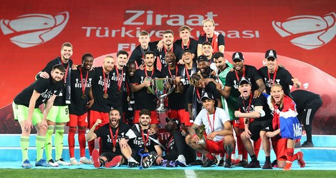 Şampiyon Beşiktaş kupasını törenle aldı!