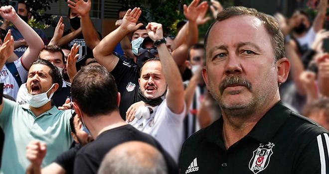 Beşiktaş taraftarı Sergen Yalçın'ın Etiler'deki evinin önünde toplandı