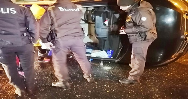 Minibüsle asfalt arasında sıkışan sürücüyü itfaiye ekipleri kurtardı