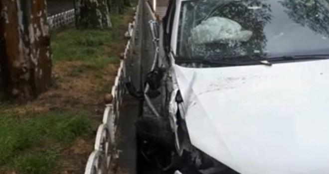 Kontrolden çıkan otomobil metrelerce sürüklenerek ağaca çarptı