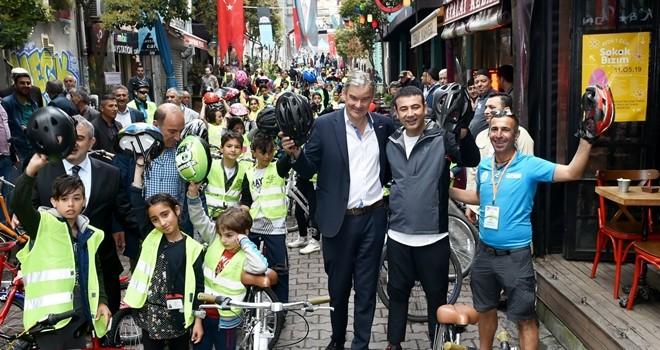 Beşiktaş Belediye Başkanı Rıza Akpolat çocuklarla birlikte bisiklet sürdü