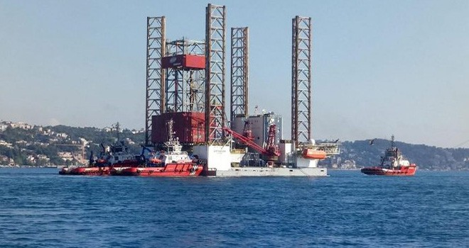 Dev platform İstanbul Boğazı'nda sürüklendi