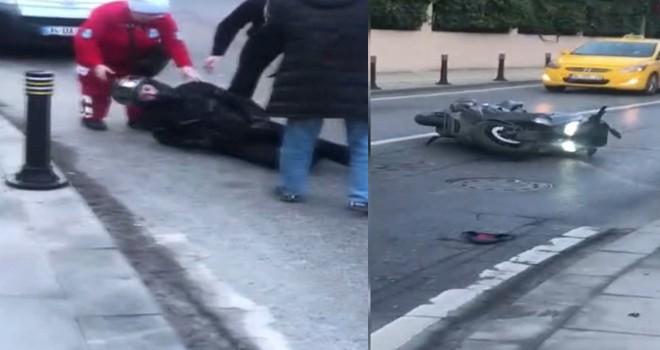 Kontrolden çıkan otomobilin çarptığı motosikletin sürücüsü savruldu