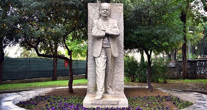 Melih Cevdet Anday'ın yakılan heykeli onarıldı