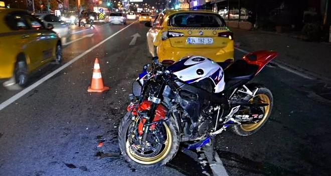 Taksiye çarpan motosiklet hurdaya döndü