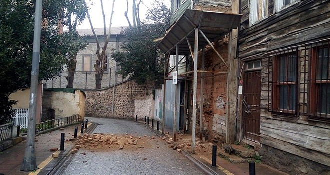 Duvardan kopan tuğlalar sokağa düştü