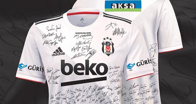 Beşiktaşlı futbolcular taraftarların imzaladığı formalarla derbiye çıkıyor