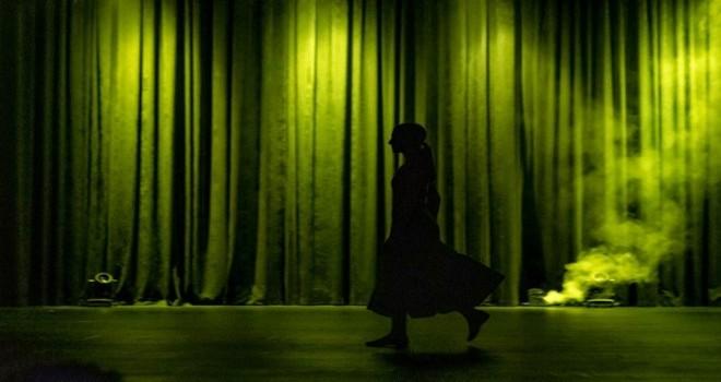 Süleyman Seba'da Kadın adlı dans performansı