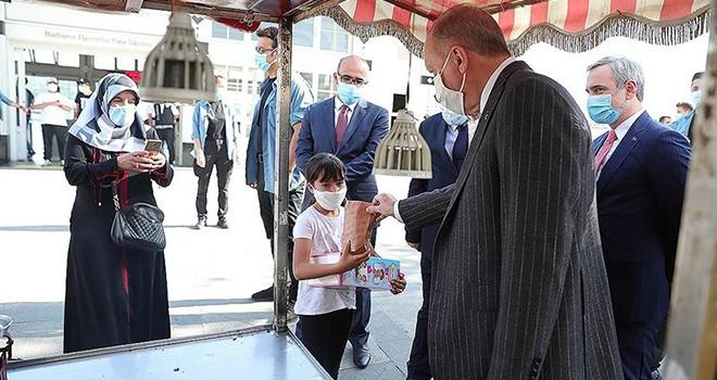 Cumhurbaşkanı Erdoğan Beşiktaş'taki bir esnaftan kestane alarak bir çocuğa ikram etti