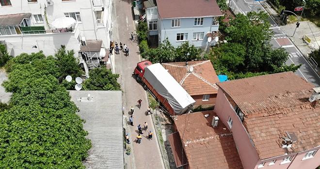 Freni boşalan kamyon gecekonduya daldı