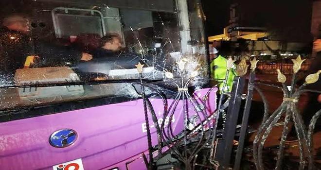 Halk otobüsü tramvay bariyerlerine çarptı